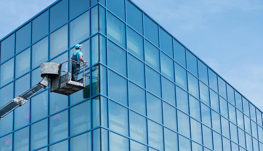 lavaggio vetrate uso piattaforme aeree